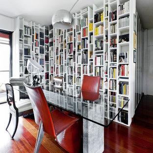 Ispirazione per una sala da pranzo design di medie dimensioni con pareti bianche, nessun camino, pavimento marrone e pavimento in legno massello medio