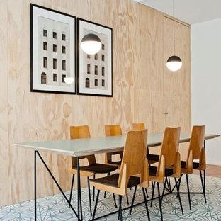 Immagine di una sala da pranzo aperta verso il soggiorno nordica di medie dimensioni con pavimento blu, pareti bianche e pavimento con piastrelle in ceramica