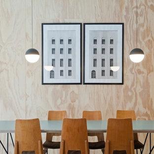 Diseño de comedor escandinavo, de tamaño medio, abierto, con paredes azules, suelo de cemento y suelo azul