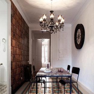 Foto di una sala da pranzo minimalista chiusa e di medie dimensioni con pareti bianche e pavimento con piastrelle in ceramica
