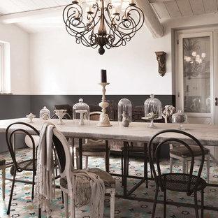 Immagine di una grande sala da pranzo stile shabby chiusa con pareti bianche e pavimento con piastrelle in ceramica