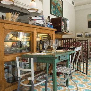 Imagen de comedor de cocina retro, de tamaño medio, con paredes blancas y suelo de mármol