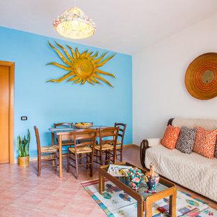 Immagine di una sala da pranzo aperta verso la cucina mediterranea di medie dimensioni con pareti multicolore, pavimento in gres porcellanato e pavimento rosa