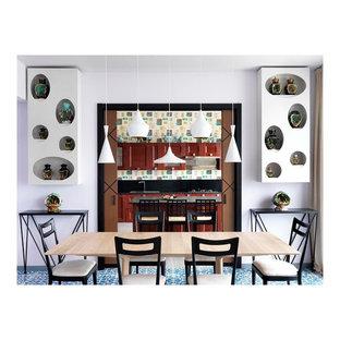 Стильный дизайн: столовая в стиле фьюжн с белыми стенами, полом из керамической плитки и бирюзовым полом - последний тренд