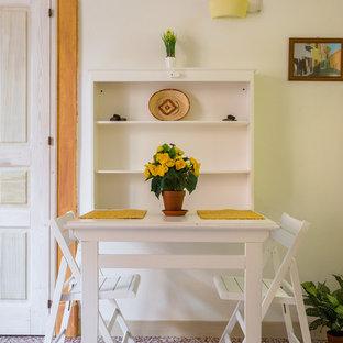 Esempio di una piccola sala da pranzo stile marinaro con pareti verdi