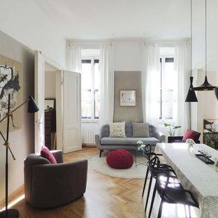 Foto di una sala da pranzo aperta verso il soggiorno design di medie dimensioni con pavimento in legno massello medio e pavimento giallo