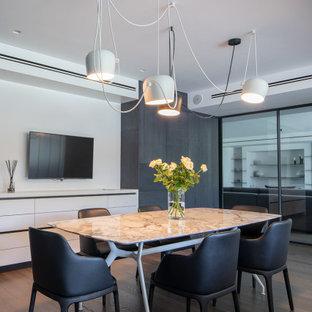 Esempio di una sala da pranzo contemporanea con pareti bianche, parquet scuro e pavimento marrone