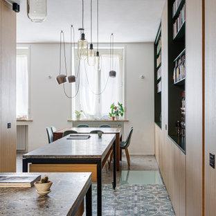 Ispirazione per un'ampia sala da pranzo aperta verso la cucina moderna con pareti marroni, pavimento in marmo e pavimento grigio