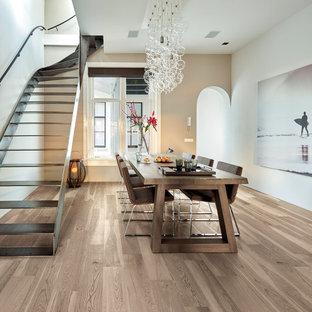 Idee per una grande sala da pranzo aperta verso il soggiorno minimal con pareti bianche, pavimento in legno massello medio, nessun camino e pavimento marrone