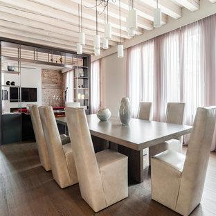 Ispirazione per una sala da pranzo aperta verso il soggiorno minimal con pareti beige, pavimento in legno massello medio, nessun camino e pavimento marrone