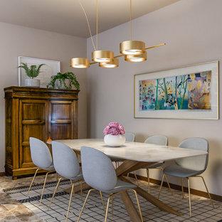 Idee per una sala da pranzo aperta verso il soggiorno minimal di medie dimensioni con pareti beige, pavimento in marmo e pavimento multicolore