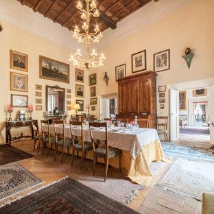 Immagine di una sala da pranzo chic con pareti beige e pavimento multicolore