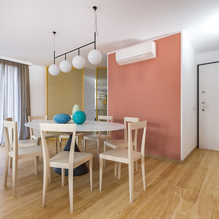 Ispirazione per una sala da pranzo aperta verso il soggiorno contemporanea di medie dimensioni con pareti rosa, parquet chiaro e pavimento beige