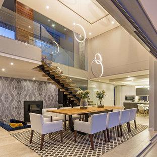 Ispirazione per una sala da pranzo contemporanea con pareti multicolore e pavimento beige