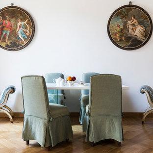 Immagine di una sala da pranzo chic con pareti bianche, pavimento in legno massello medio e pavimento marrone