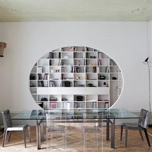 Idee per una sala da pranzo minimal chiusa con parquet chiaro, nessun camino, pavimento multicolore e pareti bianche