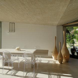 Idee per una sala da pranzo minimal chiusa con pareti bianche e pavimento beige