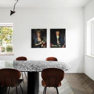 Foto di una sala da pranzo moderna con pareti bianche, parquet scuro e pavimento marrone