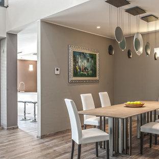 Ispirazione per una grande sala da pranzo aperta verso il soggiorno contemporanea con pareti grigie e parquet chiaro
