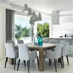 Immagine di una sala da pranzo aperta verso la cucina minimal di medie dimensioni con pareti bianche, pavimento in gres porcellanato e pavimento bianco