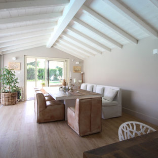 Esempio di una grande sala da pranzo aperta verso la cucina country con travi a vista, soffitto in perlinato, soffitto a volta, pareti grigie, parquet chiaro e pavimento beige