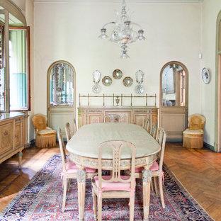 Diseño de comedor tradicional, grande, cerrado, con chimenea tradicional, marco de chimenea de ladrillo y suelo de madera en tonos medios