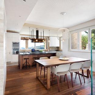 Idee per una sala da pranzo aperta verso la cucina contemporanea di medie dimensioni con pareti beige, parquet scuro e pavimento marrone