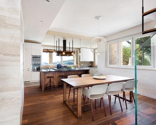 Sala da pranzo aperta verso la cucina con pareti beige - Foto ...