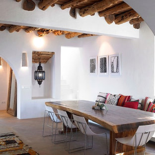 Idee per una sala da pranzo mediterranea con pareti bianche e pavimento marrone
