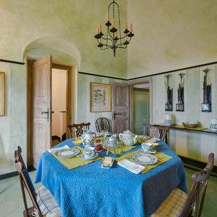 フィレンツェの地中海スタイルのおしゃれな独立型ダイニング (緑の壁、暖炉なし、緑の床) の写真