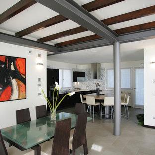 На фото: большая гостиная-столовая в средиземноморском стиле с белыми стенами, полом из керамической плитки и серым полом с