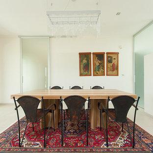 Foto di una sala da pranzo design chiusa e di medie dimensioni con pareti bianche, nessun camino e pavimento bianco