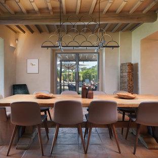 Ispirazione per una sala da pranzo mediterranea con pareti beige e pavimento beige