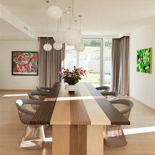 Ispirazione per una sala da pranzo aperta verso il soggiorno contemporanea con pareti bianche, parquet chiaro e pavimento beige