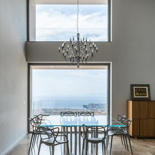 Idee per una sala da pranzo design con pareti grigie e pavimento marrone