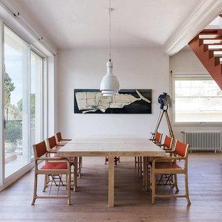 Foto di una sala da pranzo minimal con pareti bianche, pavimento in legno massello medio e pavimento marrone