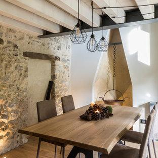 Inspiration pour une salle à manger chalet de taille moyenne avec un mur blanc, un sol en bois brun et un sol marron.