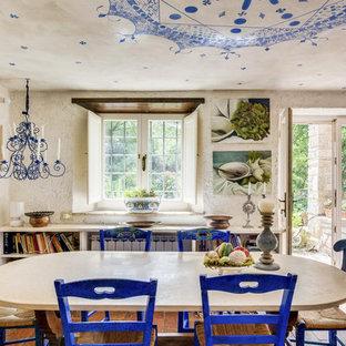 Foto di una sala da pranzo mediterranea con pareti bianche