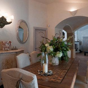 Неиссякаемый источник вдохновения для домашнего уюта: столовая в средиземноморском стиле с белыми стенами, полом из терракотовой плитки и розовым полом