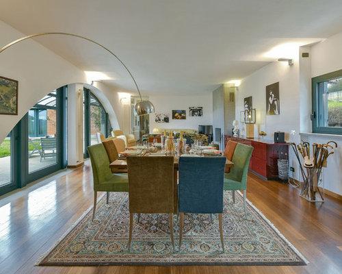 ... Foto di sale da pranzo aperte verso il soggiorno con camino classico