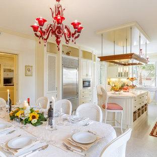 Esempio di una sala da pranzo aperta verso la cucina chic con pareti beige, nessun camino e pavimento beige