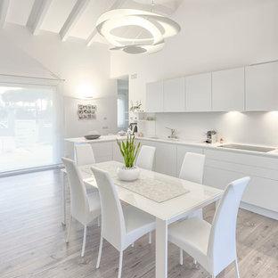Пример оригинального дизайна интерьера: кухня-столовая среднего размера в современном стиле с белыми стенами, полом из ламината и серым полом