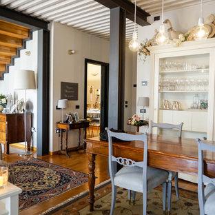 Idee per una sala da pranzo country di medie dimensioni con pareti bianche e pavimento in legno massello medio