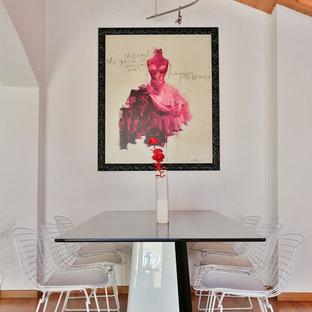 Idee per una sala da pranzo contemporanea con pareti bianche e pavimento in legno massello medio