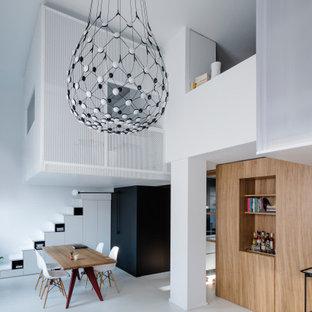Esempio di una piccola sala da pranzo aperta verso il soggiorno minimal con pavimento bianco e pareti bianche