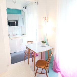 Inspiration pour une salle à manger bohème avec un mur blanc et un sol en bois peint.