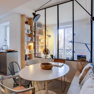 Aménagement d'une salle à manger ouverte sur la cuisine scandinave de taille moyenne avec un mur gris.