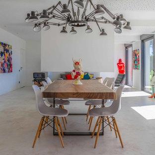 Idée de décoration pour une salle à manger ouverte sur le salon bohème avec un mur blanc et un sol beige.