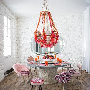 Idée de décoration pour une salle à manger design de taille moyenne et fermée avec un mur blanc, aucune cheminée et un sol en bois brun.