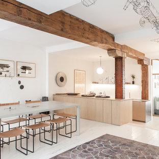 Idées déco pour une salle à manger ouverte sur la cuisine contemporaine avec un mur blanc, un sol en bois peint et un sol blanc.